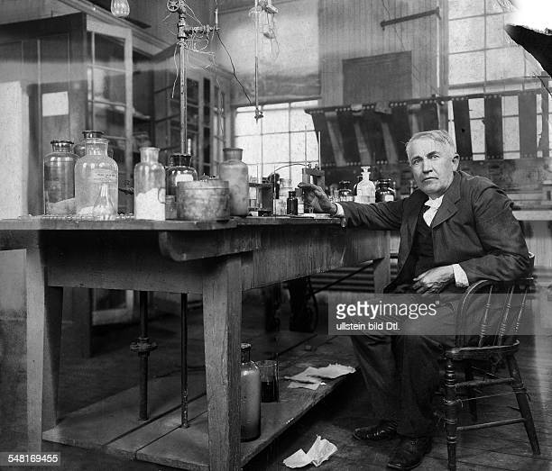 Edison Thomas Alva *11021847 Erfinder Unternehmer USA Entwickelte 1879 die Gluehlampe Ganzkoerperaufnahme sitzt in seinem Laboratorium in Orange New...