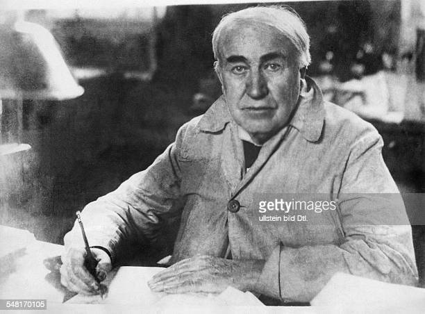 Edison Thomas Alva *11021847 Erfinder Unternehmer USA Entwickelte 1879 die Gluehlampe Halbportrait am Schreibtisch 1926
