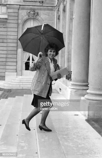Edith Cresson arrive au conseil des ministres à l'Elysée le 4 juillet 1988 Paris France