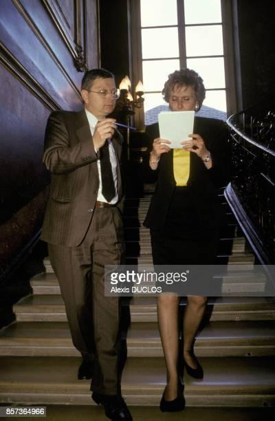 Edith Cresson avec son collaborateur Gerard Moine lors de sa premiere journee comme premier ministre a Matignon le 16 mai 1991 a Paris France