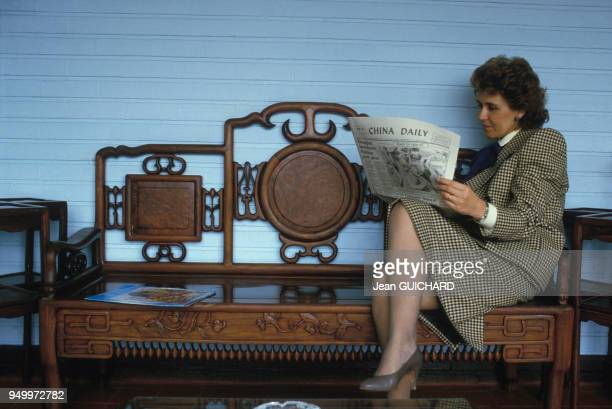 Edith Cresson lit le China Daily lors de son voyage en Chine en avril 1985