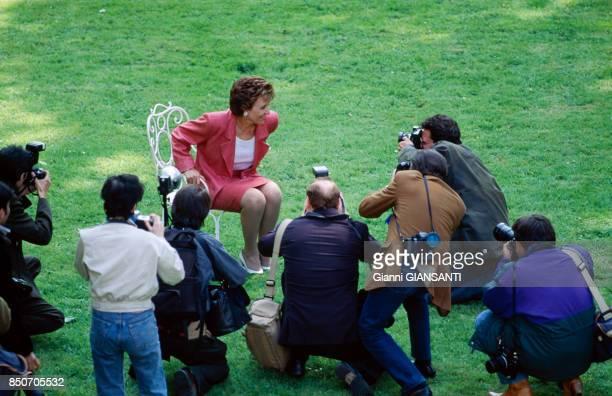 Edith Cresson nouveau premier ministre lors d'une séance photo dans les jardins de l'Hotel Matignon à Paris le 18 mai 1991 France