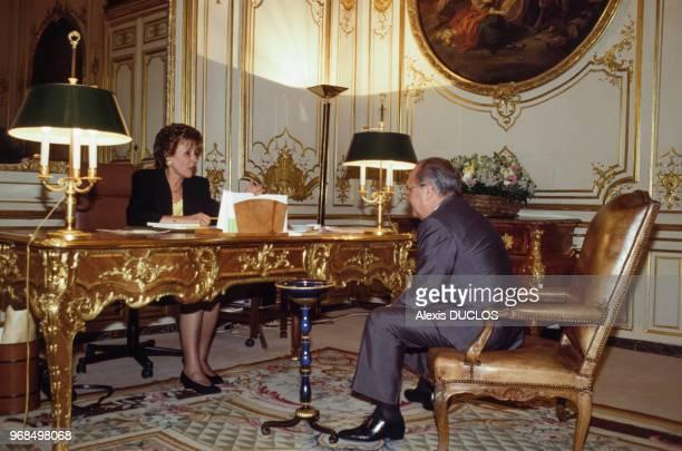 Edith Cresson Premier ministre s'entretient avec Pierre Bérégovoy à l'hôtel Matignon le 16 mai 1991 à Paris France