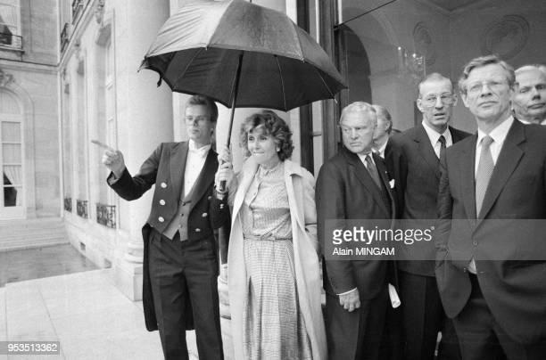 Edith Cresson s'abrite sous un parapluie en sortant du palais de l'Elysée le 9 mai 1983 à Paris France