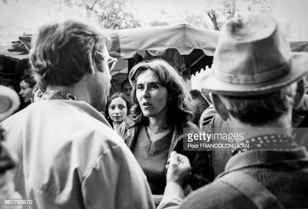 Edith Cresson sur un marché à Chatellerault lors d'élections législatives le 16 octobre 1975 France