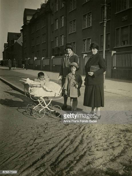 Edith Frank mother of Anne with her baby daughter Margot motherinlaw Alice FrankStern and nephew Stephan Elias circa 1926