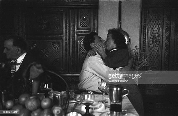 Edith Piaf And Jacques Pills Edith PIAF assise sur les genoux de Jacques PILLS s'embrassant sur la bouche lors d'un repas