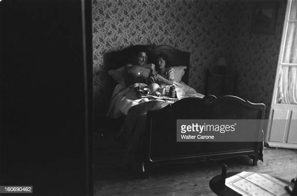 Edith Piaf And Jacques Pills Edith PIAF et Jacques PILLS prenant leur petitdéjeuner au lit