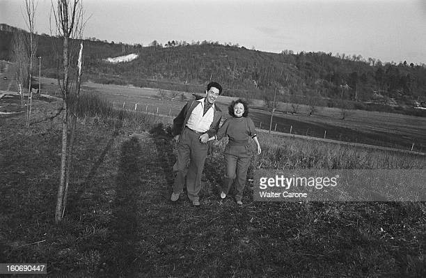 Edith Piaf And Jacques Pills Edith PIAF et Jacques PILLS se promenant main dans la main à la campagne