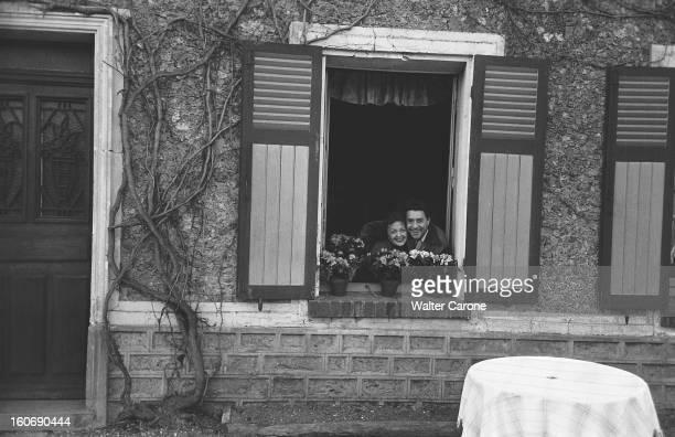 Edith Piaf And Jacques Pills Jacques PILLS et Edith PIAF joue contre joue à la fenêtre d'une maison