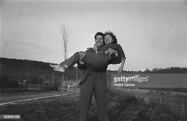 Edith Piaf And Jacques Pills Jacques PILLS portant dans ses bras son épouse Edith PIAF