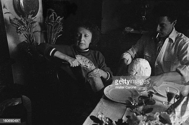 Edith Piaf And Jacques Pills Pause dejeuner pour Edith PIAF et Jacques PILLS la chanteuse coupant le pain
