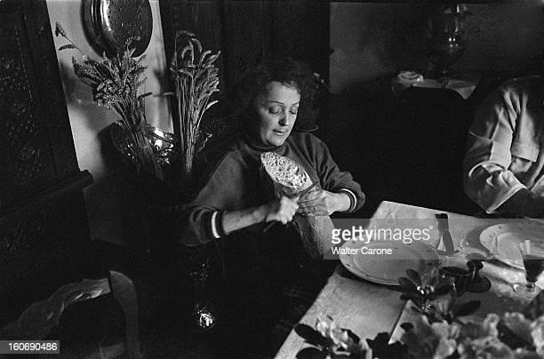 Edith Piaf And Jacques Pills Pause déjeuner pour Edith PIAF et Jacques PILLS la chanteuse coupant le pain