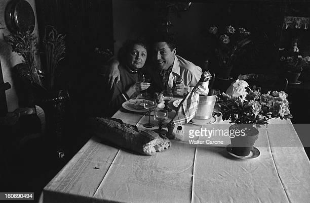 Edith Piaf And Jacques Pills Pause déjeuner pour Edith PIAF et Jacques PILLS posant attablés un verre à la main