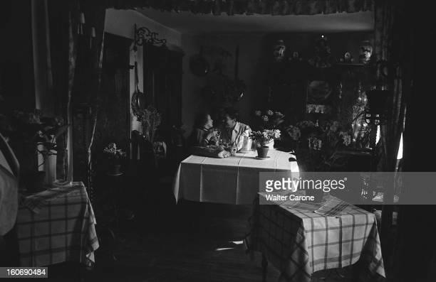 Edith Piaf And Jacques Pills Repas en amoureux pour Jacques PILLS et Edith PIAF attablés yeux dans les yeux un verre à la main
