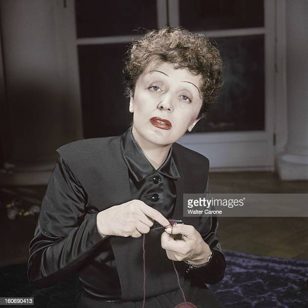 Edith Piaf Paris avril 1950 plan moyen d'Edith PIAF tricotant