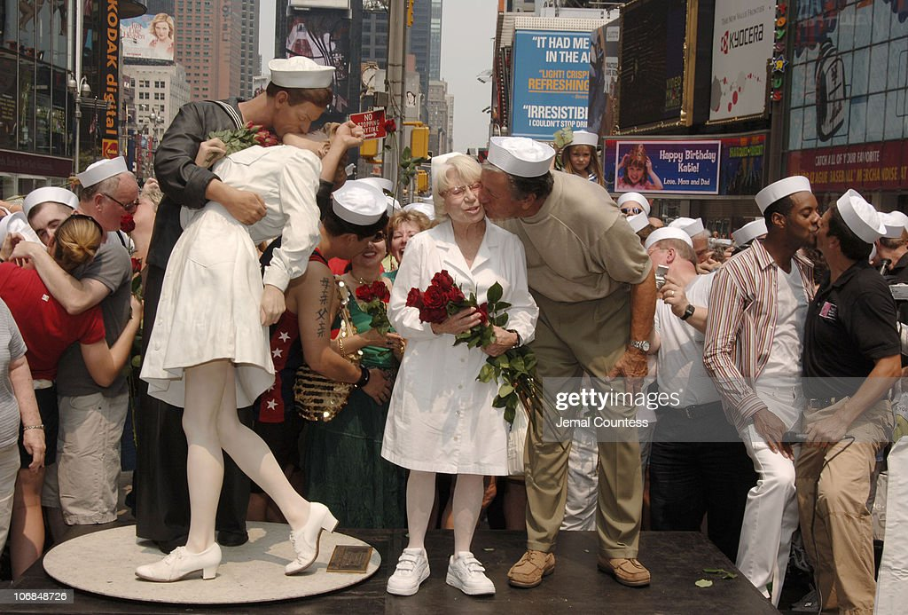 """VJ Day 60th Anniversary: The Original Nurse and Sailor from Alfred Eisenstadt Photo """"The Kiss"""" Appear in Times Square : News Photo"""