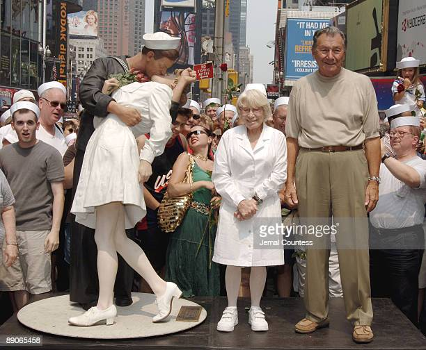 Edith Shain and Carl Muscarello the couple that appeared in Alfred Eisenstaedt's iconic photo 'The Kiss' appear in New York City's Times Square to...