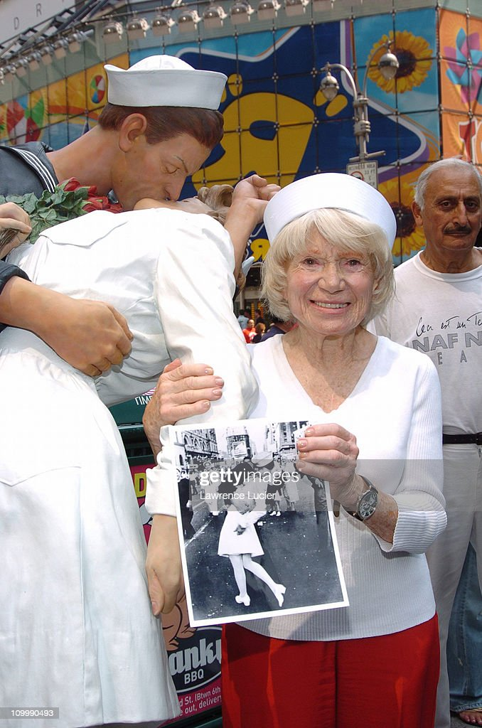The Original Nurse from the Iconic VJ Day Photo Returns to Times Square 60 Years After the End of World War II : News Photo