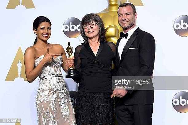 Editor Margaret Sixel winner of the Best Film Editing award for 'Mad Max Fury Road' poses with actress Priyanka Chopra and actor Liev Schreiber in...