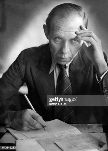Editor Wilhelm Krug in a radio broadcast Photographer Curt Ullmann Published by 'Hier Berlin' 51/1939Vintage property of ullstein bild