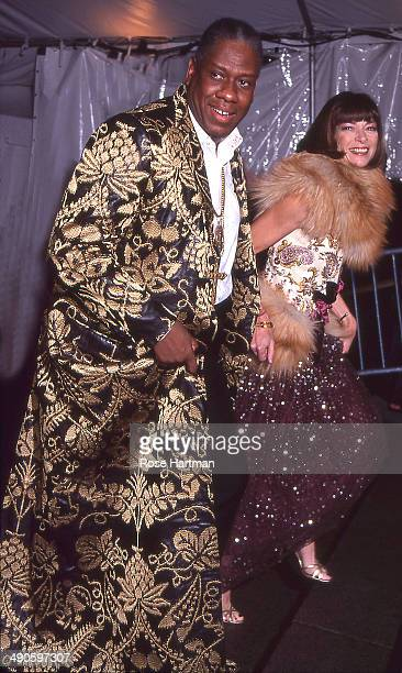 Editoratlarge Andre Leon Talley and Editorinchief Anna Wintour attend the Costume Institute gala at the Metropolitan Museum of Art New York New York...