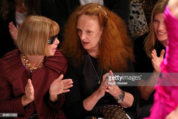 EditorinChief of American Vogue Anna Wintour Creative Director of American Vogue Grace Coddington and Virginia Smith of Vogue attend the Oscar De La...
