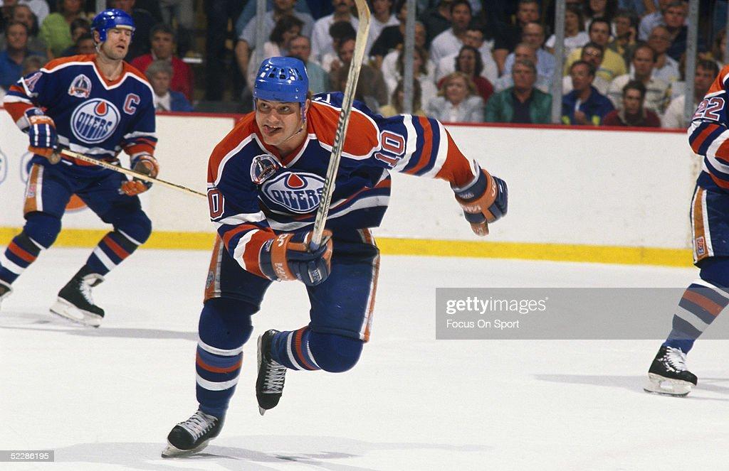 huge discount c3d5f b70c6 Edmonton Oilers' left wing Esa Tikkanen skates to catch up ...