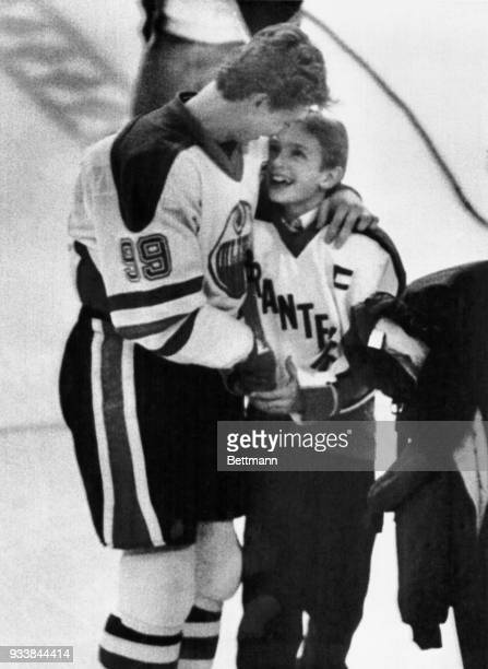 Edmonton Oilers Wayne Gretzky hugs his brother Brent prior to Gretzky joining the exclusive 1,000-point club with a first period assist on teammate...