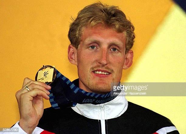 WM 2001 Edmonton SIEGEREHRUNG HOCHSPRUNG MAENNER SIEGER Martin BUSS/GER mit der Goldmedaille