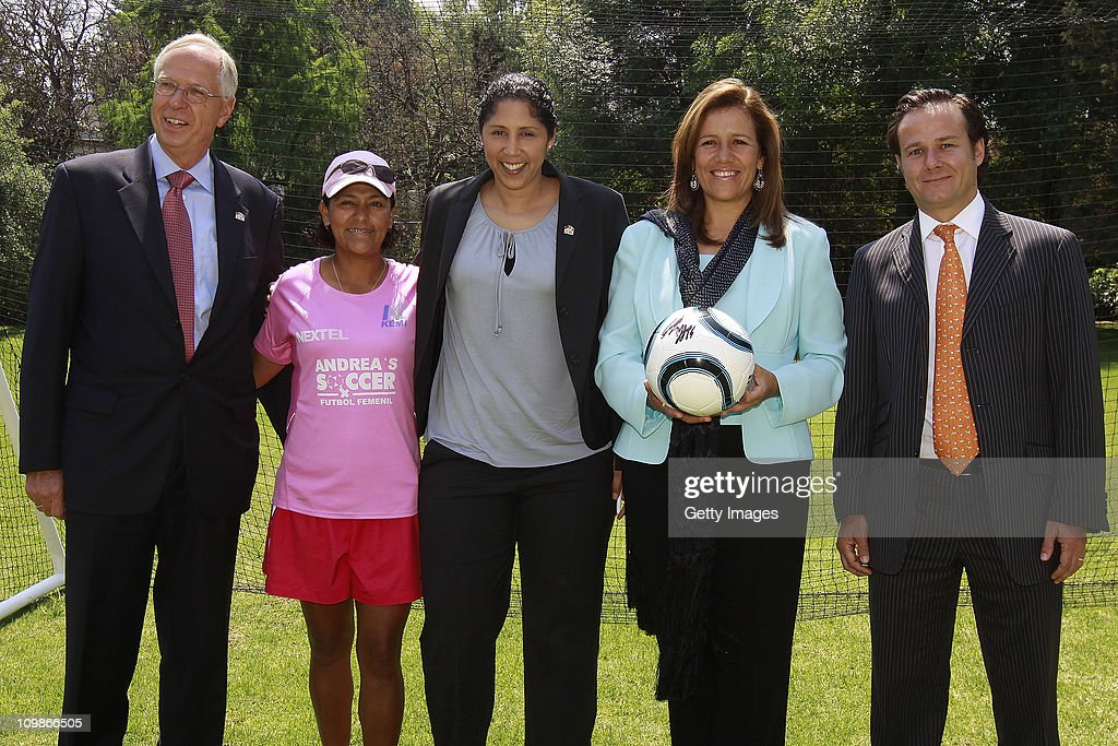 Edmund Duckwitz, German ambassador in Mexico, Steffi Jones, Organising Committee President's Cup Women's World Cup 2011, Margarita Zavala, first lady of Mexico and Bernardo de la Garza, president of Conade pose during the Germany 2011 FIFA Women's World Cup delegation Welcome Tour at Residencia Oficial de Los Pinos on March 08, 2011 in Mexico City, Mexico.