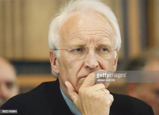 Edmund Stoiber Ministerpräsident von Bayern und Politiker der CSU in nachdenklicher Pose