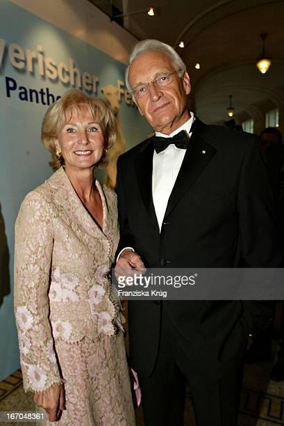 """Edmund Stoiber Und Ehefrau Karin Bei Der Verleihung Des """"Bayerischen Fernsehpreis"""" Im Prinzregententheater In München Am 070504 ."""