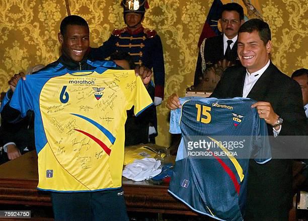 Edmundo Zura capitan de la seleccion ecuatoriana de futbol que conquist la medalla de Oro en los recientes Juegos Panamericanos Rio2007 le ofrece al...
