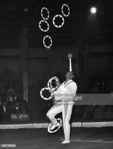Edoardo Raspini acrobate de cirque jongle avec des anneaux le 2 mars 1959 à Munich Allemagne