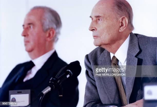 Edouard Balladur et François Mitterrand lors d'un sommet international le 9 décembre 1994 à Essen Allemagne