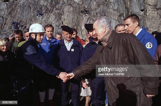 Edouard Balladur rencontre des secouristes à Chamonix France le 12 novembre 1994