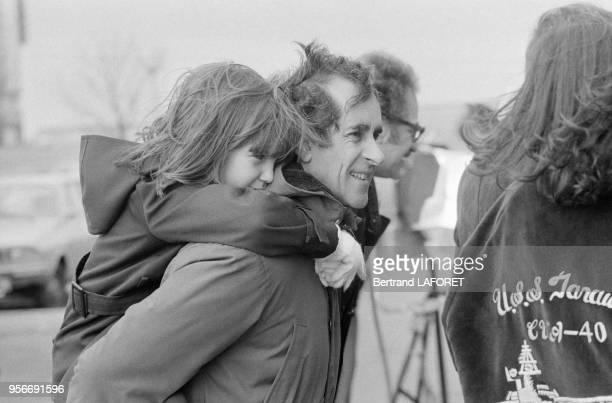 Edouard Molinaro porte l'enfant d'une assistante sur le tournage de son film 'Sunday Lovers' le 7 février 1980 à Paris France