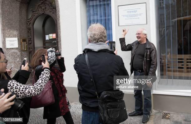 Eduard Meyer David Bowies ehemaliger Tontechniker steht vor einer Gedenktafel für Bowie am in der Hauptstraße in BerlinSchöneberg Der Rockstar lebte...