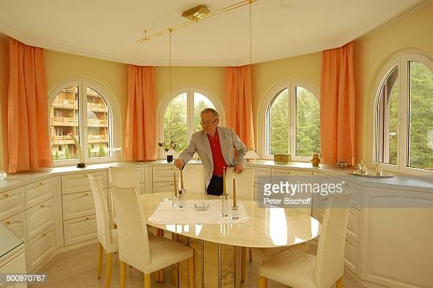 Eduard Zimmermann, Homestory, Leukerbad, Schweiz, Esszimmer, Tisch, Kerzen, Stühle, Journalist, Moderator, Promi MZ, CD; P.-Nr. 1424/2005, ; Foto:...