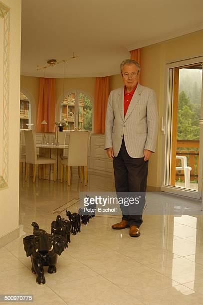Eduard Zimmermann, Homestory, Leukerbad, Schweiz, Europa, Ganzkörper, Sammlung, Elefanten, Journalist, Moderator, Promi MZ, CD; P.-Nr. 1424/2005, ;...