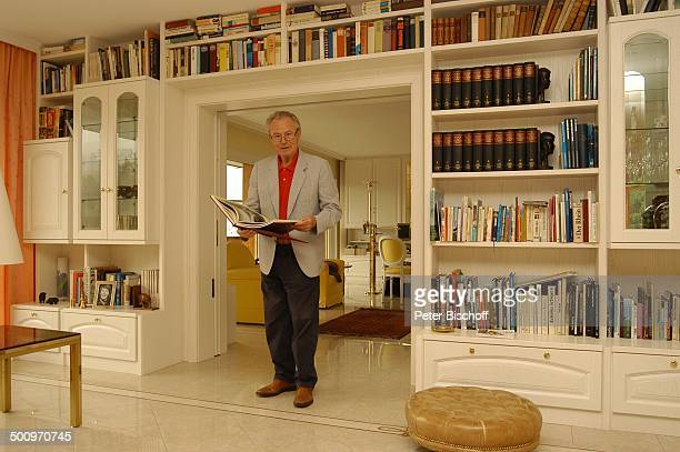Eduard Zimmermann, Homestory, Leukerbad, Schweiz, Europa, Ganzkörper, Wohnzimmer, Regal, Bücherwand, Bücher, Journalist, Moderator, Promi MZ, CD;...