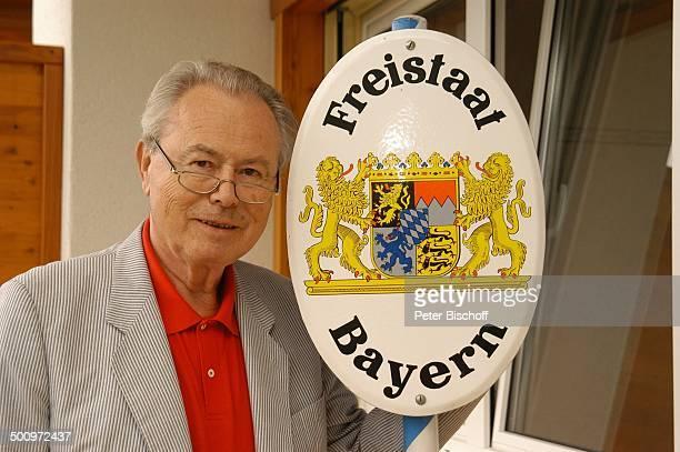 """Eduard Zimmermann, Homestory, Leukerbad, Schweiz, Europa, Schild """"Freistaat Bayern"""", Wappen, Regal, Bücherwand, Bücher, Journalist, Moderator, Promi..."""
