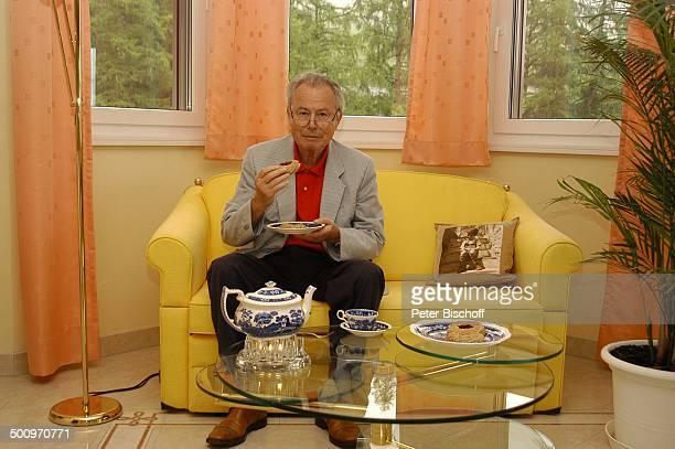 Eduard Zimmermann, Homestory, Leukerbad, Schweiz, Europa, Tee, Kanne, Getränk, Kuchen, Gebäck, Essen, Tisch, Sofa, Couch, Journalist, Moderator,...