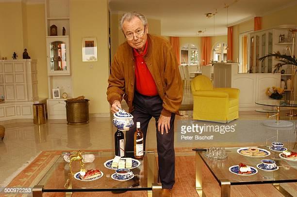 Eduard Zimmermann, Homestory, Leukerbad, Schweiz, Europa, Tee, Kanne, Getränk, Kuchen, Gebäck, einschencken, Tisch, Sessel, Journalist, Moderator,...