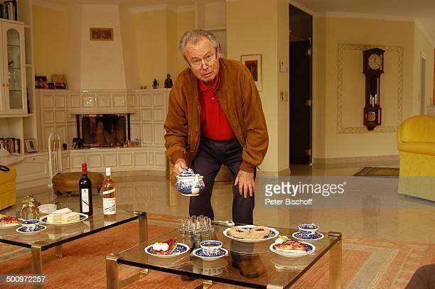 Eduard Zimmermann, Homestory, Leukerbad, Schweiz, Europa, Tee, Kanne, Getränk, Kuchen, Gebäck, einschencken, Tisch, Kamin, Journalist, Moderator,...