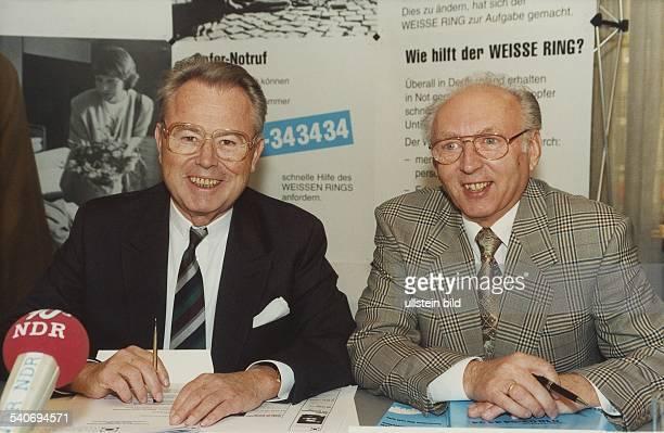 Eduard Zimmermann ist Gründungsmitglied des Vereins 'Weißer Ring' und Heinz Baumgart Vorstandsmitglied der OpferHilfsorganisation Sie haben vor sich...