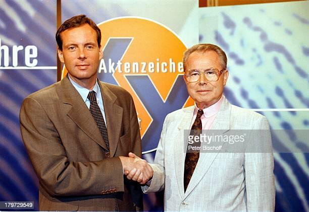 """Eduard Zimmermann mit Nachfolger;Rechtsanwalt Dr. Butz Peters,;ZDF/ORF/SF/DRS-Reihe """"Aktenzeichen XY; ;ungelöst"""" 300. Sendung 1997,"""