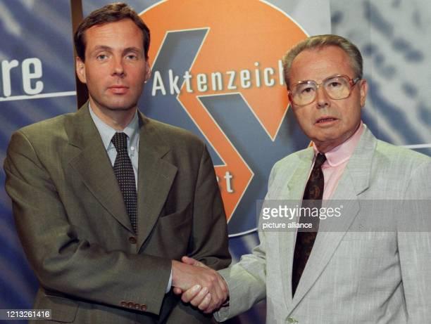 """Eduard Zimmermann , Moderator der Sendereihe """"Aktenzeichen: XY...ungelöst"""", stellt am 2.7.1997 in München seinen Nachfolger Butz Peters vor. Der..."""