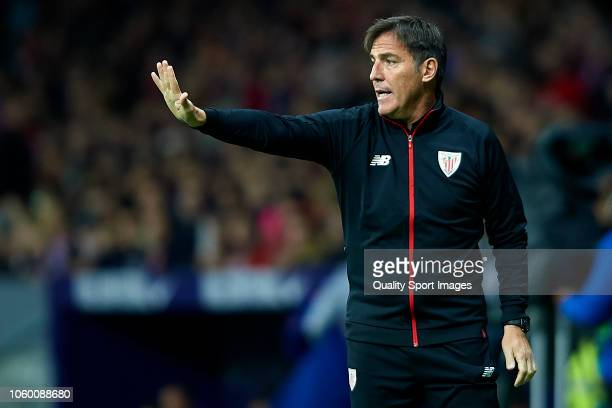 Eduardo Berizzo, Manager of Athletic Club gives instructions during the La Liga match between Club Atletico de Madrid and Athletic Club at Wanda...
